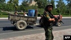 Қытай полиция Шыңжаңдағы ұйғырлар тұратын Лухун кентіне кіретін жолда өткен-кеткенді бақылап тұр. 28 маусым 2013 жыл (Көрнекі сурет)