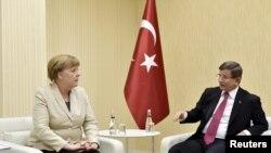 Турецкий премьер Ахмет Давутоглу встретился с канцлером ФРГ Ангелой Меркель 23 апреля, после ее прибытия в Турцию