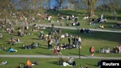 Люди в одном из парков Стокгольма, среда, 22 апреля