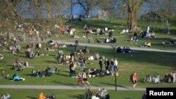 Шведска- луѓе со социјализираат и уживаат во пролетното време и покрај епидемијата на коронавирусот,22.04.2020