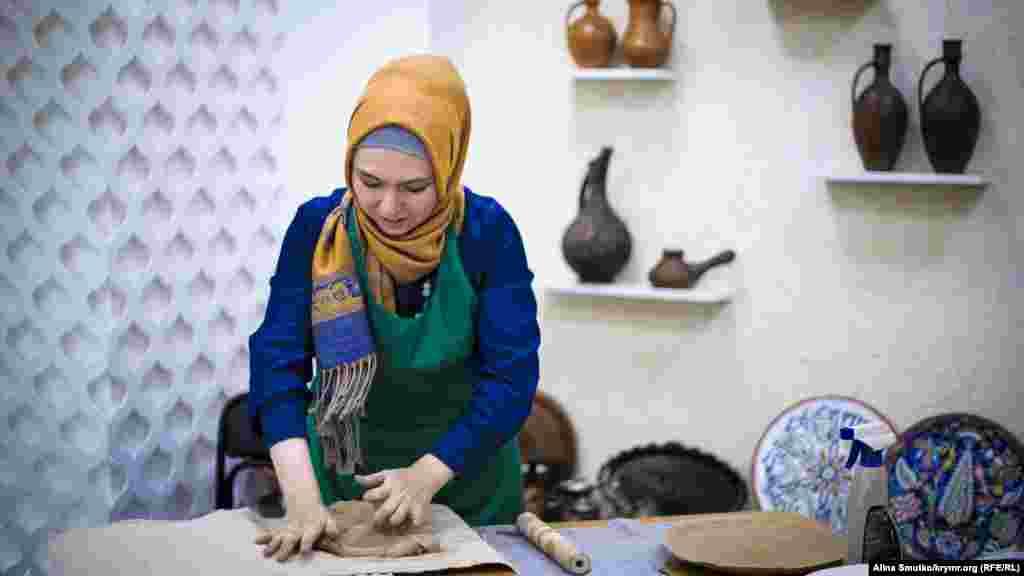 Эльвиса с детства увлекалась прикладным искусством. После возвращения из Узбекистана в Крым она окончила школу искусств и факультет керамики в университете.