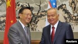 Өзбекстан президенті Ислам Каримов пен Қытай сыртқы істер министрі Ян Цзечидің Бейжіңдегі кездесуі. 20 сәуір 2011 жыл.