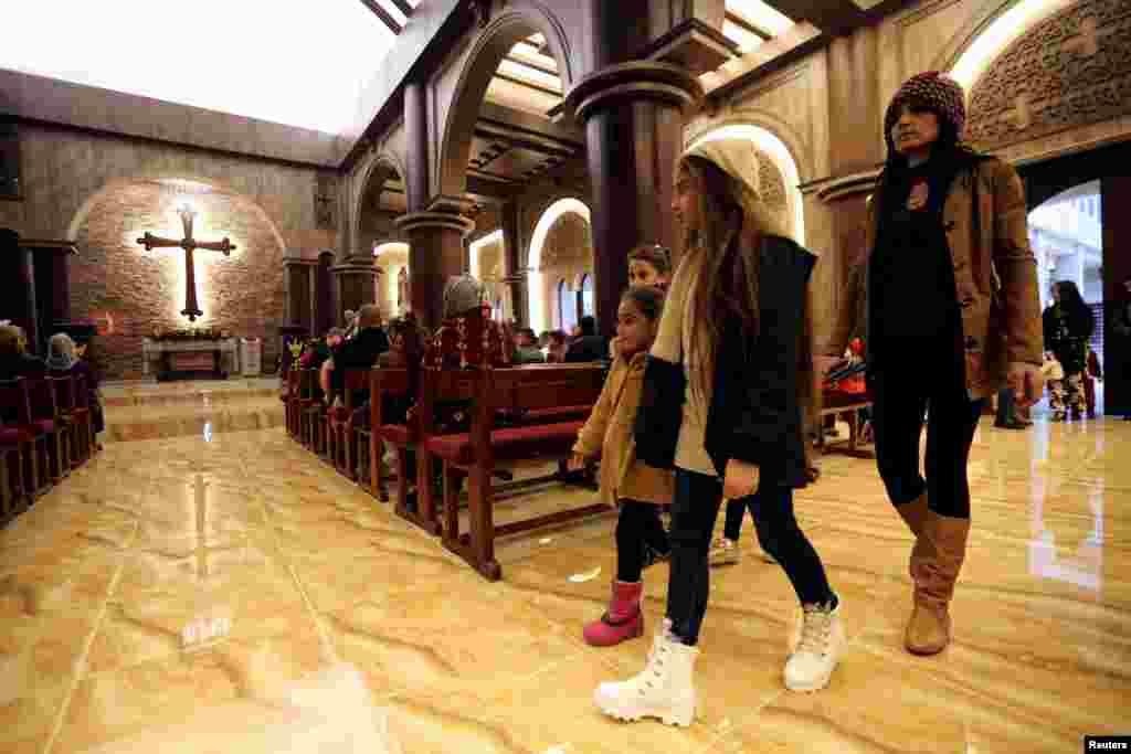 ИРАК - Во новоотворената Црква Свети Ѓорѓи во ирачкиот град Телескоф, христијаните ги прославија своите божиќни традиции за првпат по три години. Овој град беше под милитантите на Исламската држава кои насилно ја раселија тамошната христијанска заедница.