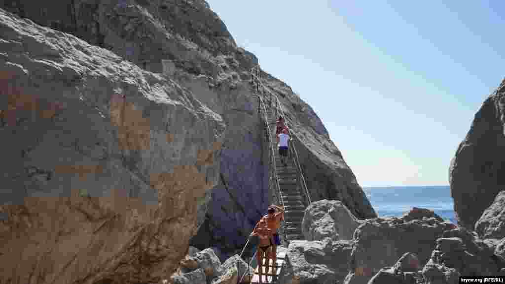Піднятися на скелю можна безкоштовно крутими кам'яними сходами