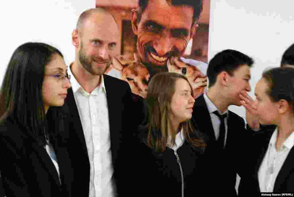 На открытие фотовыставки пришла группа учащихся алматинской школы-гимназии № 25 с углубленным изучением французского языка. Часть из них – на снимке рядом с Франком Вожелем.