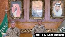 Генералы США и Саудовской Аравии Кеннет Маккензи и Фахд бен Турки на совместной пресс-конференции в Эр-Рияде (архивное фото)