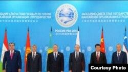 Опубликованное в Узбекистане фото с прошлогоднего саммита ШОС в Уфе, 2015 год.