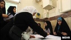 Ирандағы парламент сайлауына қатысқан сайлаушылар. Тегеран, 4 мамыр 2012 жыл.