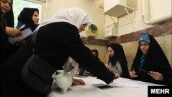 رایدهندگان تهرانی به همراه یک خرگوش در حوزه رایگیری