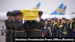 Војници во Украина ги носат жртвите од соборениот Украински меѓународен лет 752.