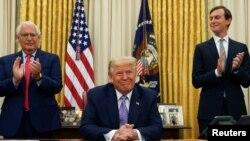 Американскиот амбасадор во Израел Дејвид Мелех Фридман и високиот советник на Белата куќа Џаред Кушнер аплаудираат откако американскиот претседател Доналд Трамп најави мировен договор меѓу Израел и Обединетите Арапски Емирати во Белата куќа во Вашингтон