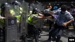 Демонстранттар Венесуэладагы саясий жана экономикалык кризиске түздөн-түз айыптуу деп, бийликтин отставкасын талап кылууда.
