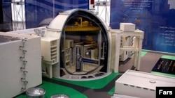 ماکتی در یکی از نمایشگاههای اتمی امسال با عنوان «نمايشگاه دستاوردهای صنعت هستهای»