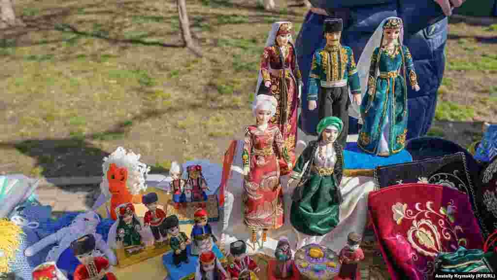 На Широкій Масниці продавали мотанки та ляльки в кримськотатарських і українських національних костюмах