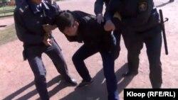 """""""Жаңы муундун"""" лидерлерин милиция кармап кетүүдө.15-октябрь, 2014-жыл."""