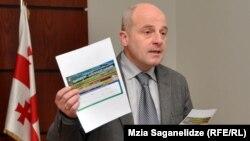 Министр сельского хозяйства журналистов встретил во всеоружии: в руках у него были две цветные карточки с глянцевым покрытием