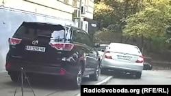 Повернувши за ріг, журналісти побачили ще одне авто олігарха