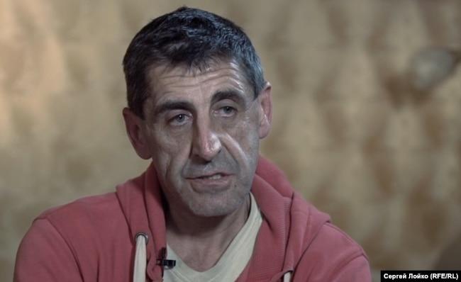 """Андрей Скипочка на съемной квартире, где он снимался в фейке про киллера """"Соболя"""" в городе Каменское,"""