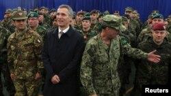 Generalni sekretar NATO Jens Stoltenberg sa vojnicima KFOR-a u Prištini