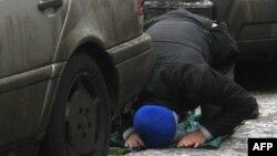 На пятничной молитве недалеко от мечети. Иллюстративное фото.