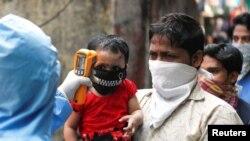 Ljekar pregleda stanovnike Daravija, jednog od najvećih siromašnih naselja, tzv. slamova u Aziji, Bombaj, Indija, 11. april, 2020.