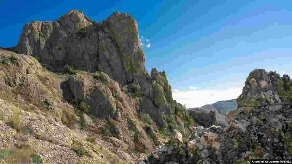На Хашки-Кая можно полюбоваться горными гребнями различных конфигураций. Их и не только запечатлел корреспондент Крым.Реалии для фотогалереи