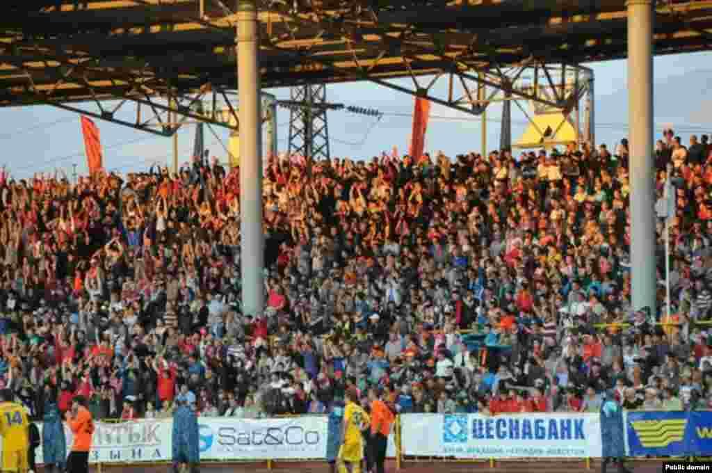 """Встреча """"Шахтера"""" (Казахстан) и БАТЭ (Беларусь) собрала более 15 тысяч болельщиков на трибунах. Караганда, 23 июля 2013 года."""