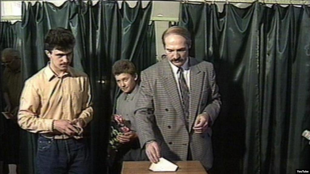 Аляксандар Лукашэнка галасуе на выбарах прэзыдэнта, 1994