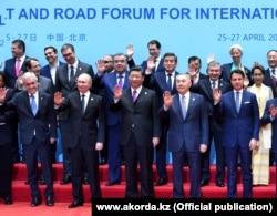 Президент России Владимир Путин (в первом ряду второй слева), китайский лидер Си Цзиньпин (в первом ряду в центре) и экс-президент Казахстана Нурсултан Назарбаев (в первом ряду второй справа) на саммите ОПОП в Пекине, апрель 2019 года.