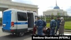 Задержание протестующих против изъятия земли у Акорды. Астана, 23 мая 2014 года.
