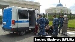 """Жер телімдерін """"мемлекет қажетіне"""" алуға наразы тұрғындарды полиция ұстап жатыр. Астана, 23 мамыр 2014 жыл."""