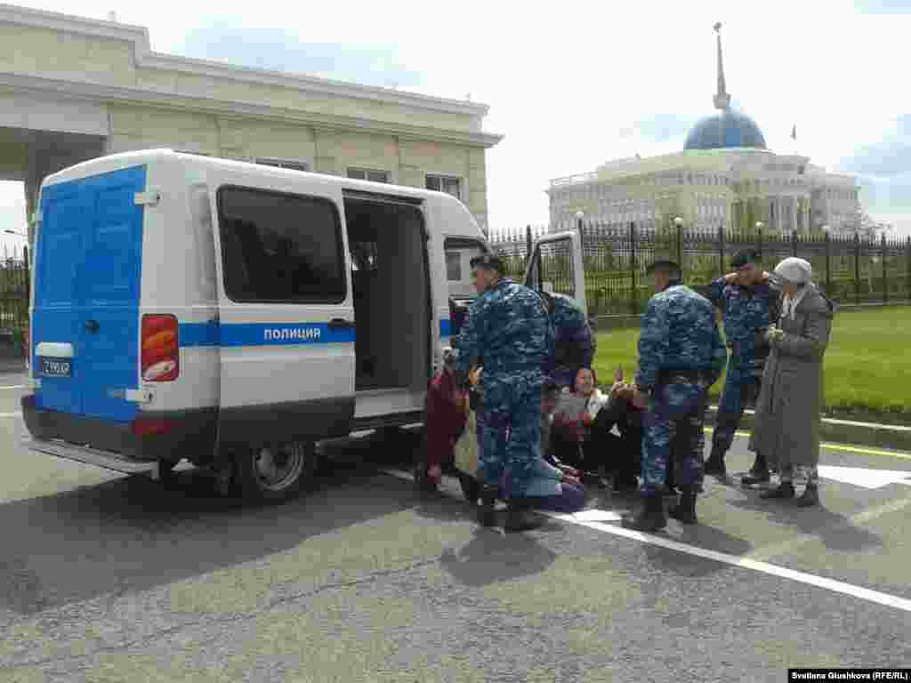 23 мая в Астане у здания Акорды полиция задержала около 15 участников акции протеста против изъятия их недвижимого имущества, они были привязаны друг к другу цепями. Их обвинили в неповиновении властям и в участии в несанкционированном митинге, за что был назначен арест на 10 суток и денежные штрафы.