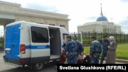 Полицейские задерживают участников протеста против изъятия у них земли. Астана, 23 мая 2014 года.