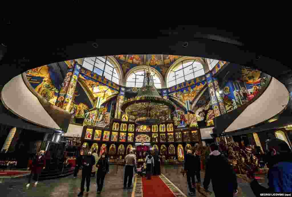 Македонские православные верующие в церкви Святого Климента Охридского в Скопье