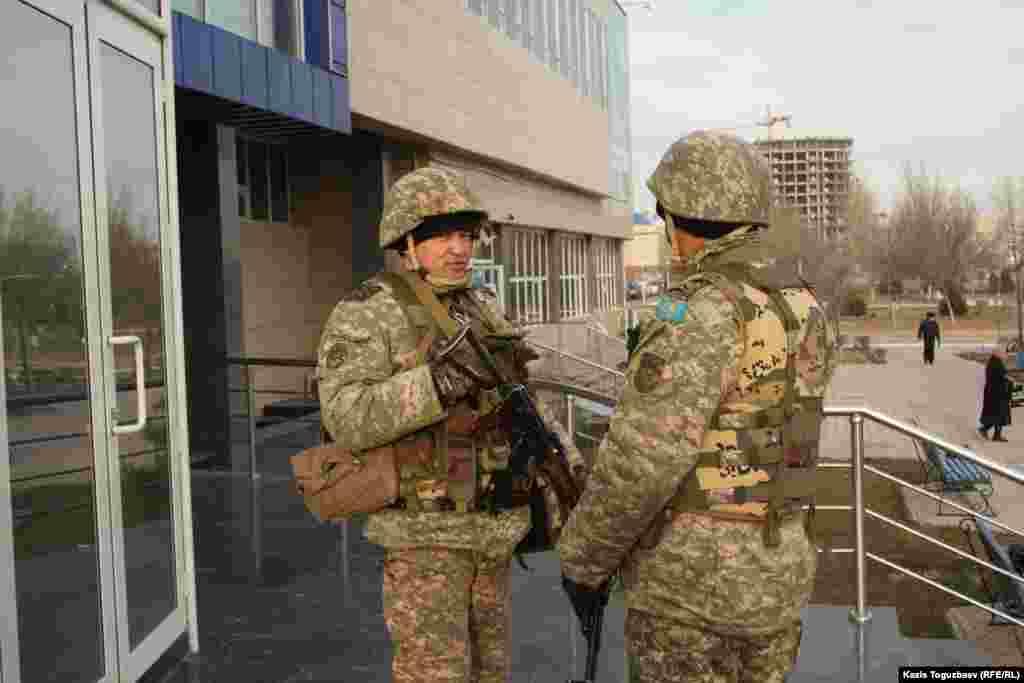 Әкімшілік ғимаратын күзетіп тұрған қарулы әскерилер. Ақтау, Маңғыстау облысы, 21 желтоқсан 2011 жыл.