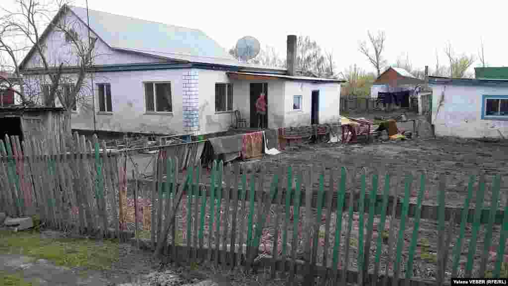 Сейчас жители Чкалово просушивают дома и потопленные вещи. Дома, расположенные в низине, в начале поселка, пострадали больше всего. В нескольких домах воды в доме было больше чем на половину окна, в некоторых - чуть меньше. Есть дома, находящиеся в середине села, в которые вода зашла на 30 сантиметров.