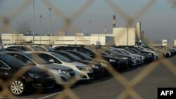 """""""ჯენერალ მოტორსის"""" ავტომობილები დახურული საწარმოს ეზოში, სანკტ-პეტერბურგში."""