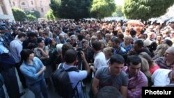 Armenia - Market traders demonstrate outside the Prime Minister's Office in Yerevan, 23Sep2014.