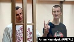 Олег Сенцов (слева) и Александр Кольченко в российском суде.