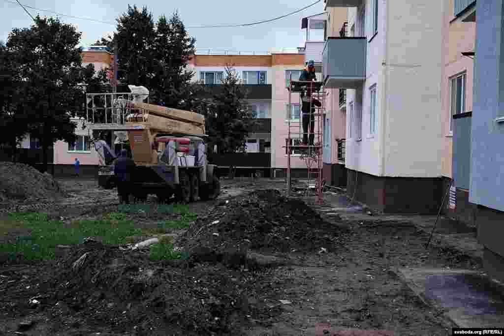 Мыўлевабярэжнай частцы Дуброўна— менавіта тут цэнтар гораду. Забудова збольшага прыватная. Шматкватэрныя дамы— адтрох дапяці паверхаў. Пасьля капітальнага рамонту яны выглядаюць прыстойна.