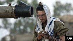 Израильский солдат читает утренние молитвы