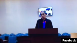 На скриншоте с видеотрансляции в Facebook'e предприниматель Тохтар Тулешов во время допроса посредством видеоконференции из Астаны. Суд № 2 города Атырау. 17 октября 2016 года.