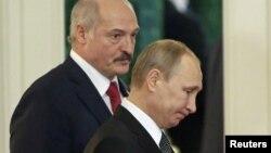 Президенти Булорусі та Росії Олександр Лукашенко (л) і Володимир Путін. У цих країнах у неділю відбулися масові акції протесту