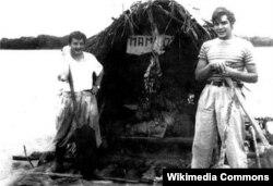 Alberto Granado (solda) və Guevara sal üzərində