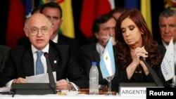 Аргентина президенті Кристина Киршнер (оң жақта) мен сыртқы істер министрі Эктор Тимерман.