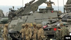 Британские и польские военные на учениях НАТО. 16 октября 2015 года.