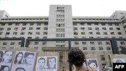 Сот ғимаратының алдында Аргентинада әскери хунта кезінде хабар-ошарсыз кеткендердің суреттері ілініп тұр. Буэнос-Айрес, 24 қараша 2009 ж.