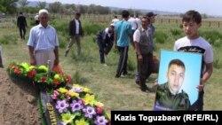 Могила погибшего пограничника Ерлана Акышова. Город Ушарал Алматинской области, 10 июня 2012 года.