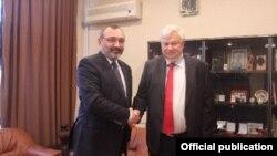Министр иностранных дел Нагорного Карабаха Карен Мирзоян (слева) и личный представитель действующего председателя ОБСЕ, посол Анджей Каспшик, 19 января 2015 г.