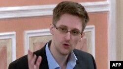 АҚШ ұлттық қауіпсіздік қызметінің бұрынғы агенті Эдвард Сноуден. Мәскеу, 9 қазан 2013 жыл.
